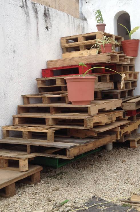 Escalera a base de tarimas: Balcones y terrazas de estilo ecléctico por Punto Libre Arquitectura