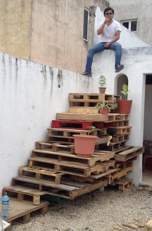 Escalera sobreciclada : Balcones y terrazas de estilo ecléctico por Punto Libre Arquitectura