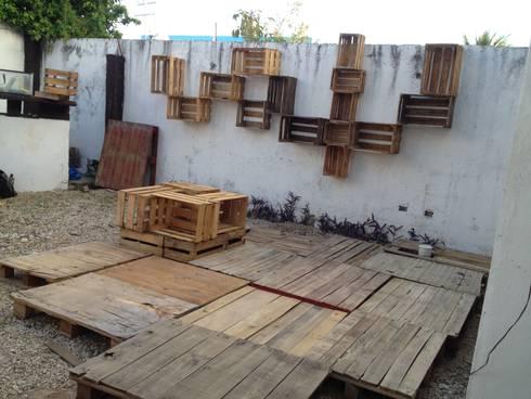 Terraza de tarimas con pared de huacales: Balcones y terrazas de estilo ecléctico por Punto Libre Arquitectura