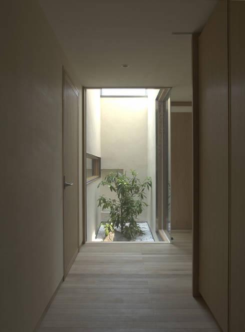 Corridor & hallway by 株式会社コヤマアトリエ一級建築士事務所