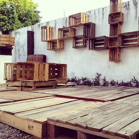 ARQUITECTURA SOBRECICLADA: Balcones y terrazas de estilo ecléctico por Punto Libre Arquitectura