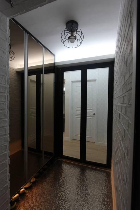 실용적인 수납과 공간활용 32py: 홍예디자인의  복도 & 현관