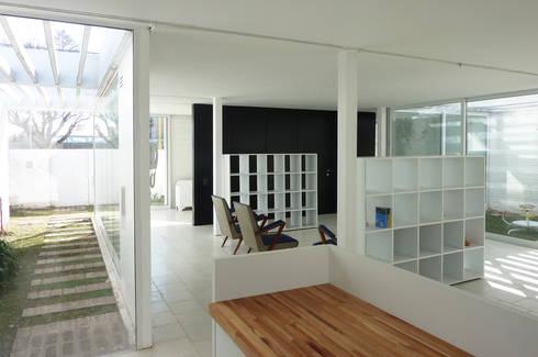 Pabellón cuatro x cuatro: Livings de estilo moderno por Marcelo Ranzini - Arquitectura