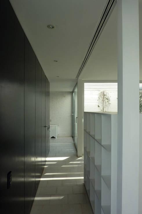 Pabellón cuatro x cuatro: Pasillos y recibidores de estilo  por Marcelo Ranzini - Arquitectura