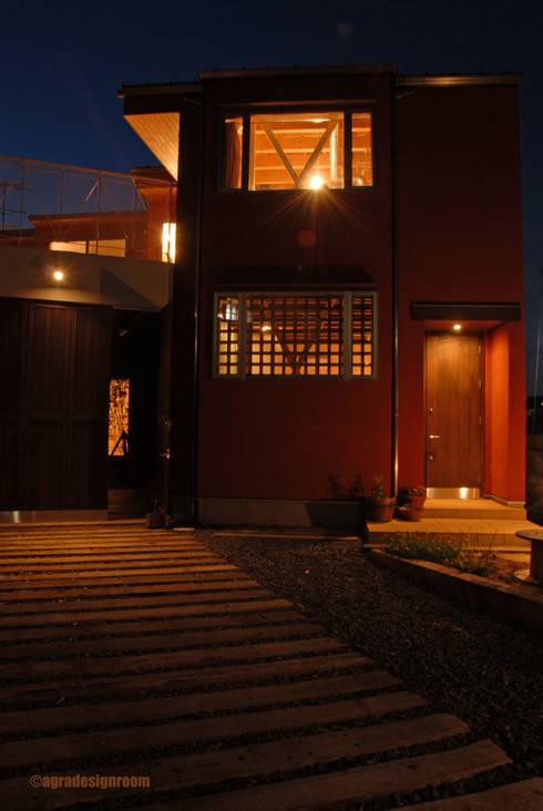 たっぷり歩かせるアプローチ: アグラ設計室一級建築士事務所 agra design roomが手掛けた庭です。