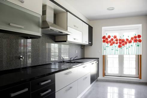 Cortina con sistema roller en screen al 5%, AMAPOLAS: Cocinas de estilo minimalista por Bonita Casa