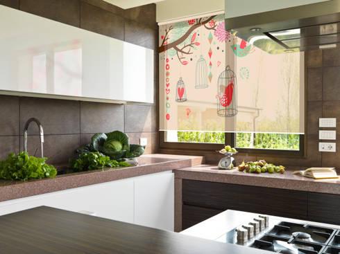 CORTINA ROLLER SUNSCREEN AL 5% CON DISEÑO: Cocinas de estilo minimalista por Bonita Casa