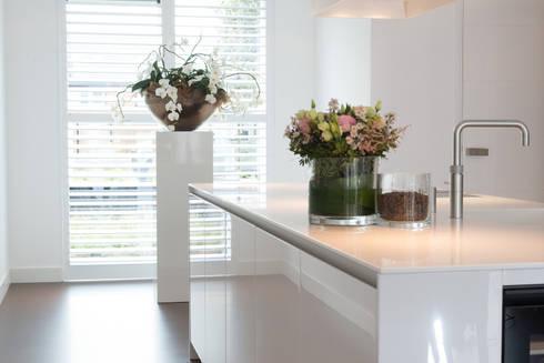 Moderne strakke greeploze witte Tieleman-keuken door Tieleman ...