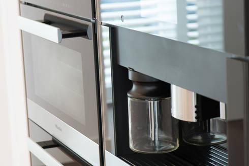 Moderne strakke greeploze witte tieleman keuken door tieleman ...
