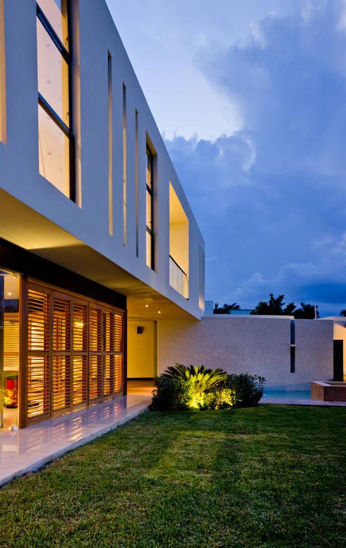 Residencia 41BJ : Albercas de estilo moderno por r79