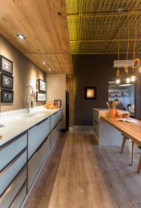 Refúgio do Homem do Mar: Cozinha  por Jean Felix Arquitetura
