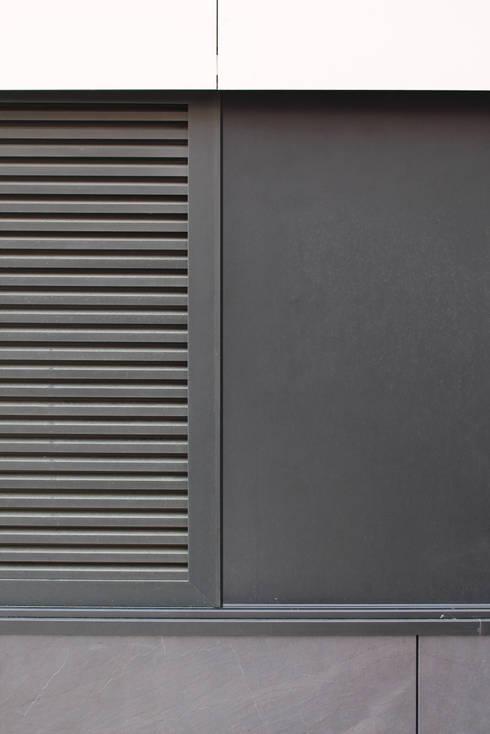 Quadra - Pormenor da portada exterior (fechada): Casas modernas por Sónia Cruz - Arquitectura