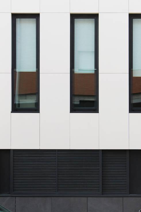 Quadra - Alçado Norte, pormenor de fachada: Casas modernas por Sónia Cruz - Arquitectura