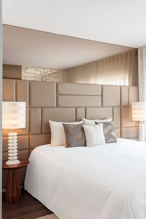 Camera da letto in stile  di Movelvivo Interiores