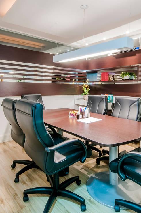 Sala de reuniões: Espaços comerciais  por Estúdio C+C