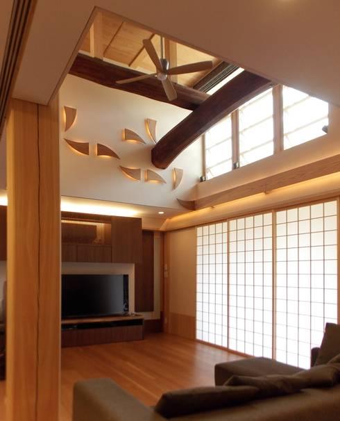 ぬくもりのある落ち着いた居住空間 !!守山の家S邸: アンドウ設計事務所が手掛けたリビングです。
