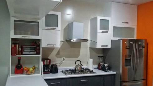 Cocina integral en un pequeño espacio.: Cocinas de estilo moderno por FLO Arte y Diseño