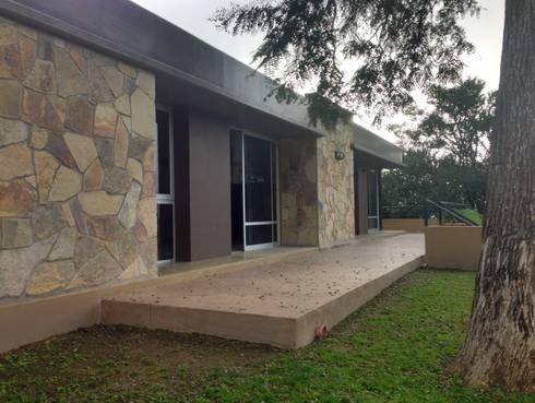 Casa en el Paisaje: Casas de estilo moderno por ee.arquitectos