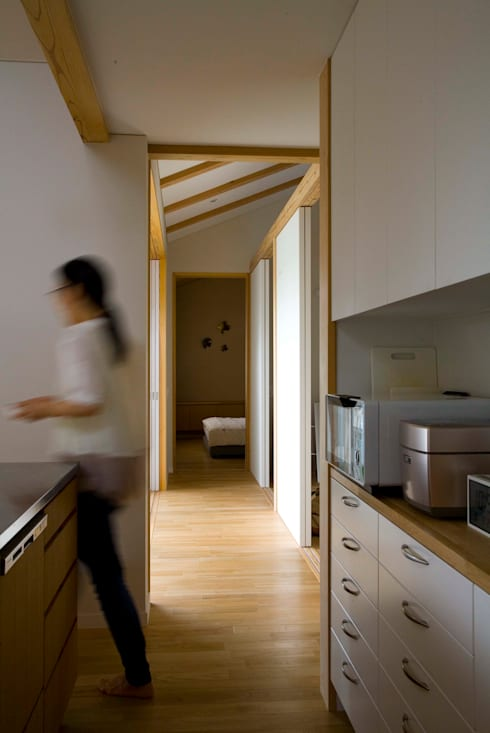 袋井の家 キッチンから廊下を見る。: 木名瀬佳世建築研究室が手掛けたキッチンです。