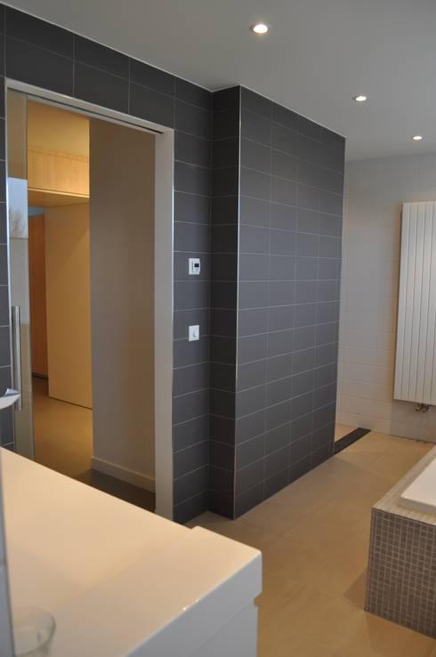 Woonnhuis Nieuw-Vennep: minimalistische Badkamer door CG Interior Architecture