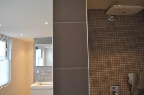 Woonhuis Nieuw-Vennep: minimalistische Badkamer door CG Interior Architecture