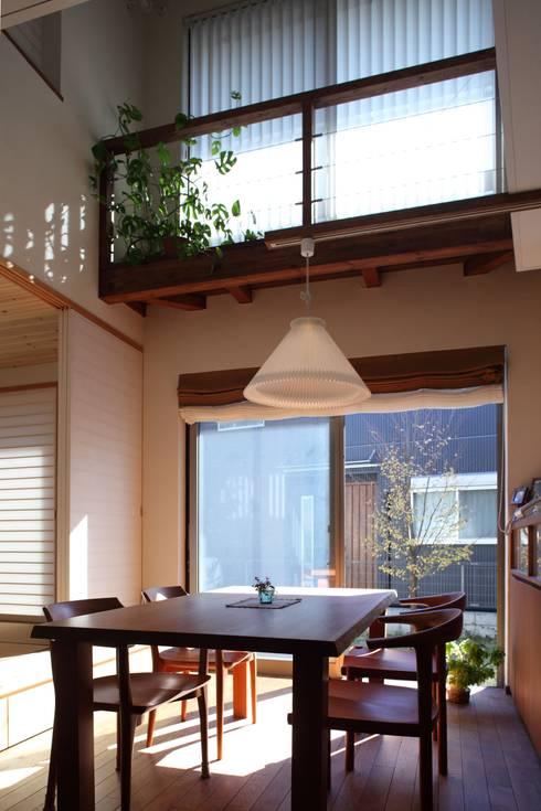 ピアノと暮らす家: アトリエグローカル一級建築士事務所が手掛けたダイニングです。