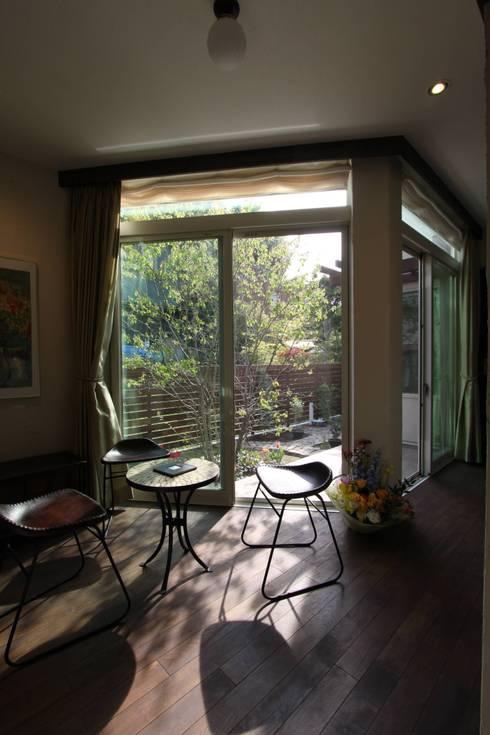 ギャラリーのある家: アトリエグローカル一級建築士事務所が手掛けた和室です。