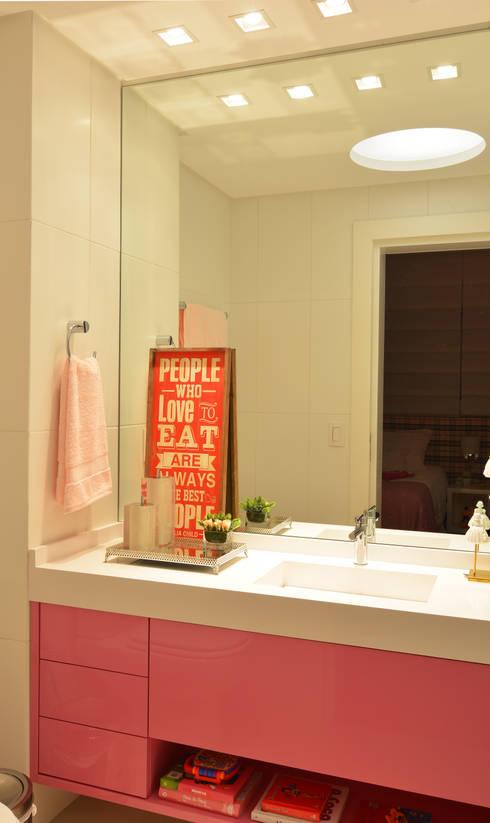 Baños de estilo moderno por ANNA MAYA & ANDERSON SCHUSSLER
