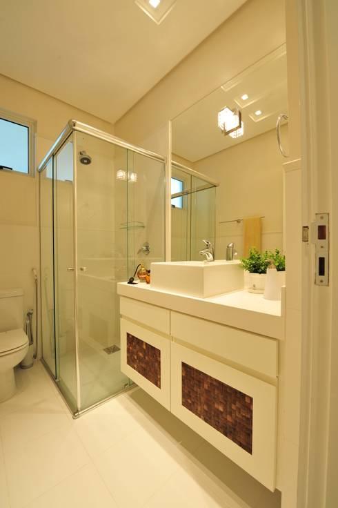Apartamento Águas do Santinho: Banheiros  por ANNA MAYA & ANDERSON SCHUSSLER