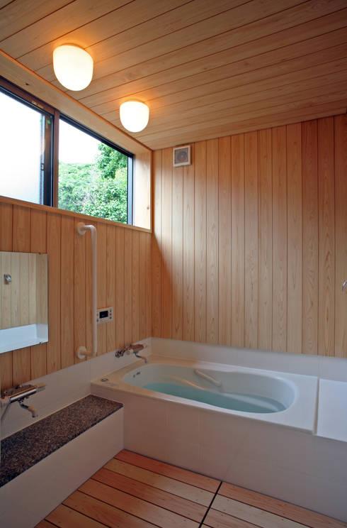 ひなたぼっこ: 尾日向辰文建築設計事務所が手掛けた浴室です。