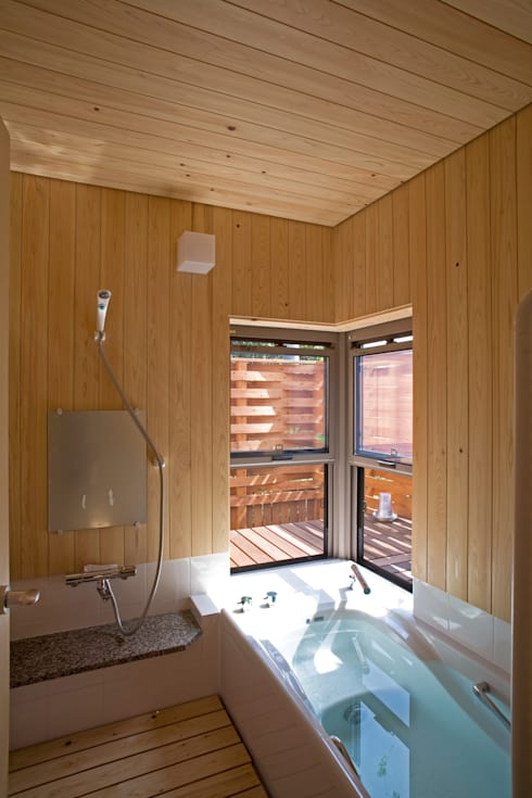 Baños de estilo  por 尾日向辰文建築設計事務所
