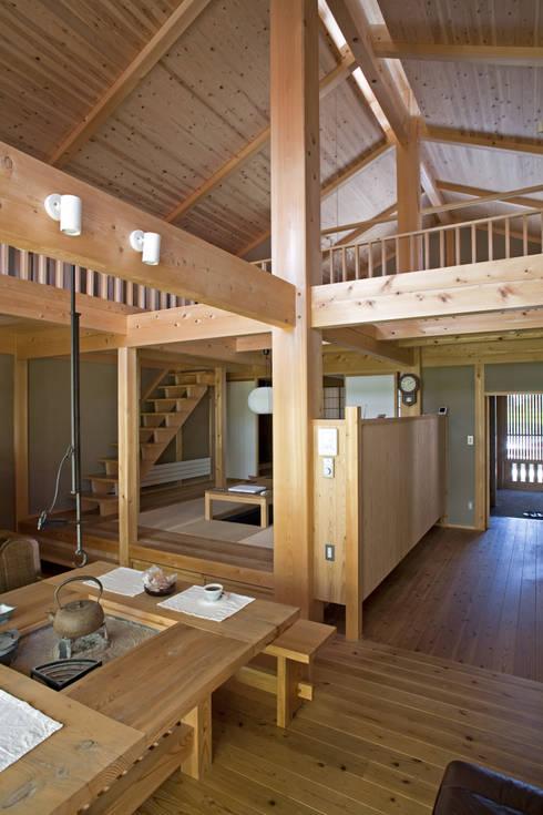 伝統構法で造る土壁の家: 尾日向辰文建築設計事務所が手掛けたダイニングです。
