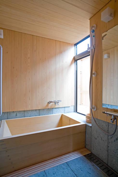 伝統構法で造る土壁の家: 尾日向辰文建築設計事務所が手掛けた浴室です。