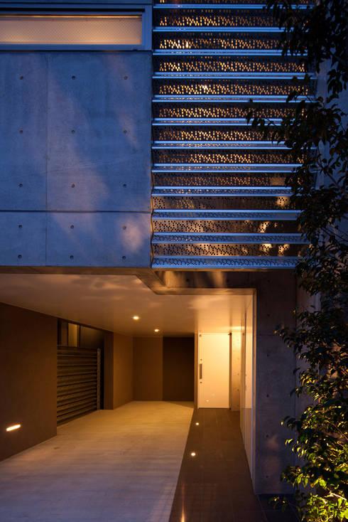 アプローチ夕景 松原の家: U建築設計室が手掛けた家です。