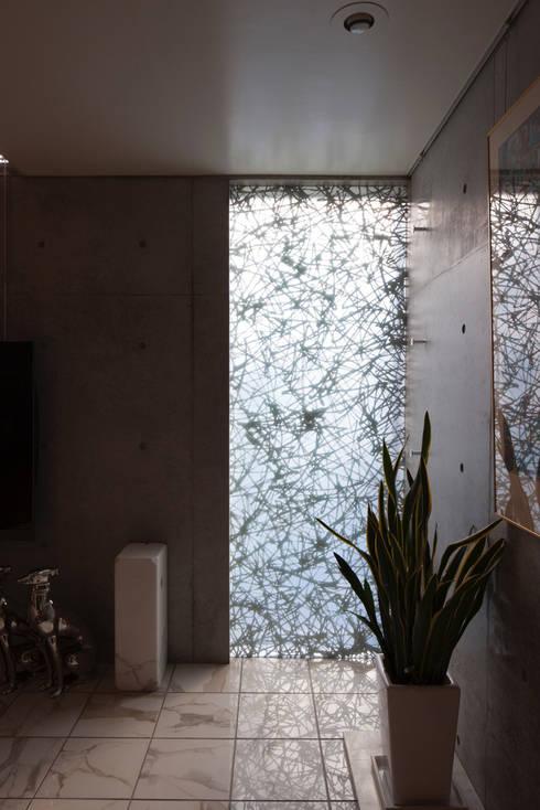 装飾ガラスを用いたリビング 松原の家: U建築設計室が手掛けた窓です。