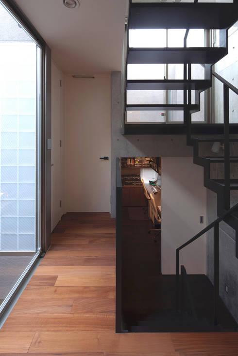 スキップフロア 松原の家: U建築設計室が手掛けた廊下 & 玄関です。