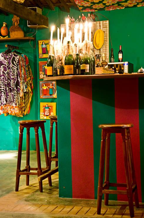 Paredes y pisos de estilo topical por Renato Teles Arquitetura