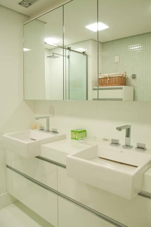APARTAMENTO: Banheiros modernos por Renato Teles Arquitetura