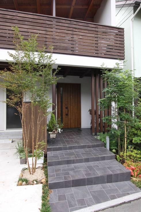 回廊テラスで緑と接する2世帯住宅: アトリエグローカル一級建築士事務所が手掛けた家です。
