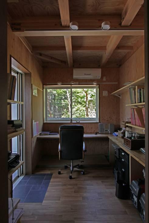回廊テラスで緑と接する2世帯住宅: アトリエグローカル一級建築士事務所が手掛けた書斎です。