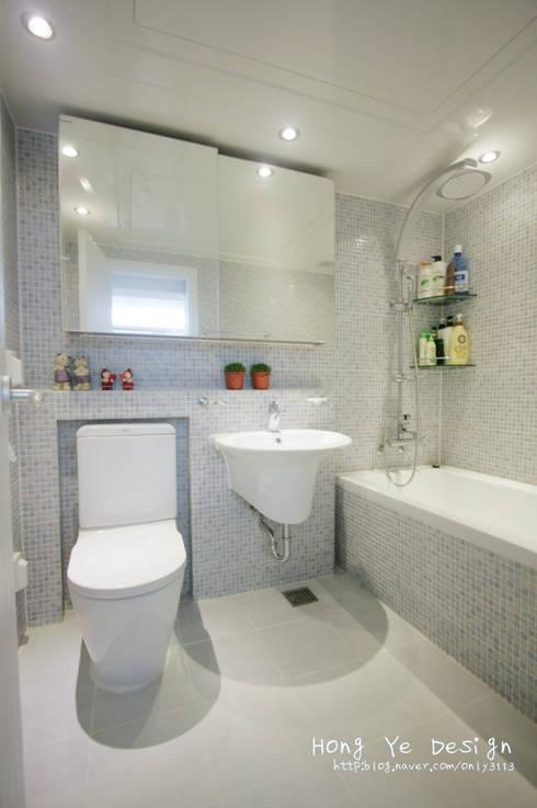 편안하고 넓은 주방과 핑크빛 아이방 27py: 홍예디자인의  욕실
