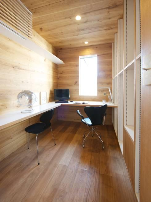 modern Study/office by MimasisDesign [ミメイシスデザイン]
