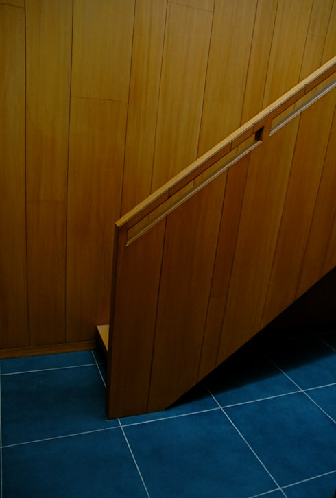 K HOUSE:  Corridor & hallway by KIRON CHEERLA ARCHITECTURE