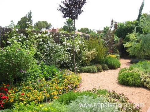Jardín Sostenible: Jardines de estilo rural por abpaisajismo
