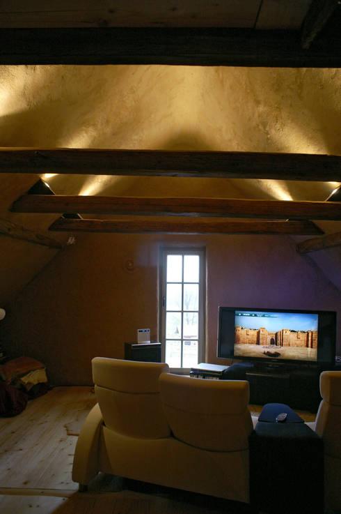Akustik-Lehmputz: mediterraner Multimedia-Raum von Büro für Grafik und Innnenarchitektur