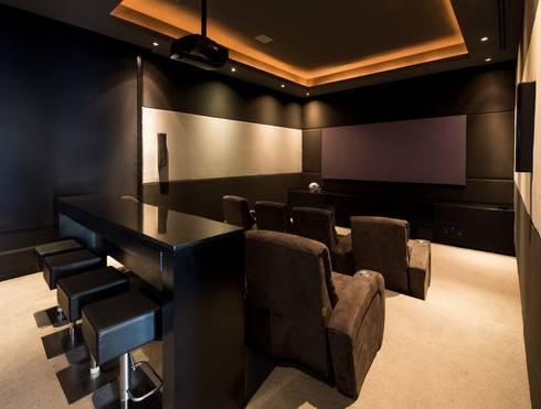 CUARTO DE TV: Salas multimedia de estilo moderno por Rousseau Arquitectos
