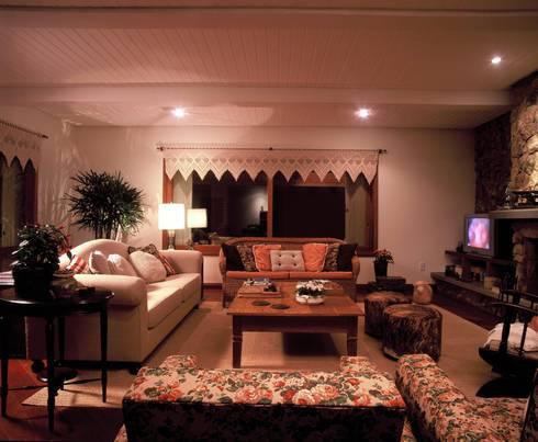 Living: Salas de estar rústicas por IDALIA DAUDT Arquitetura e Design de Interiores