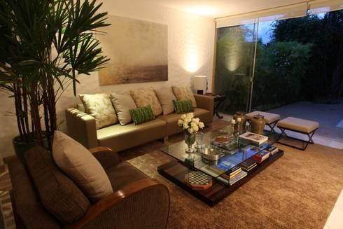 Residência QI 19 Brasília 2012: Salas de estar modernas por Elaine Vercosa