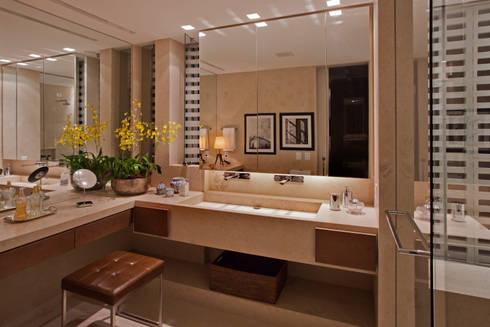 Apartamento Asa Sul Brasília 2013: Banheiros modernos por Elaine Vercosa