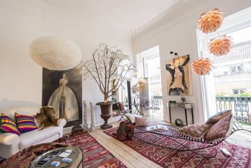 Casa Lisboa 2015: Sala de estar  por Light & Store